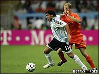 Carlos Tévez de Argentina ante Holanda.