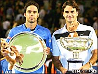 Fernando González (izq.) y Roger Federer (der.) sostienen sus respectivos trofeos.