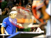Fernando González, detrás de la raqueta de Roger Federer